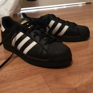 Size 6 Men's Adidas All stars. (Fits 7-7.5 women)